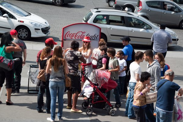 distribution de canettes lors de la tournée nationale coca-cola light