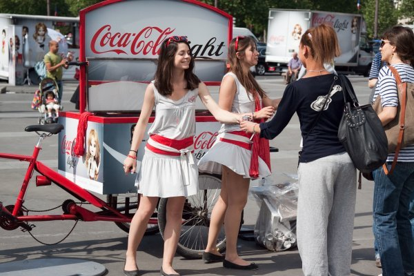 animatrices distribuant des cannettes coca-cola light