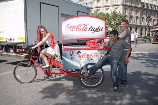 Animatrice sur un velo tournée coca cola light