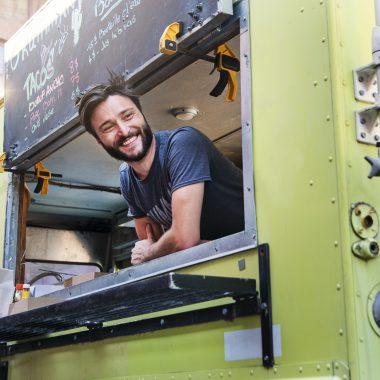 Homme souriant dans son food truck