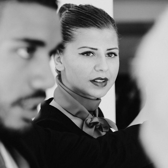hôtesse noir et blanc accueil assemblée générale de la caisse d'épargne