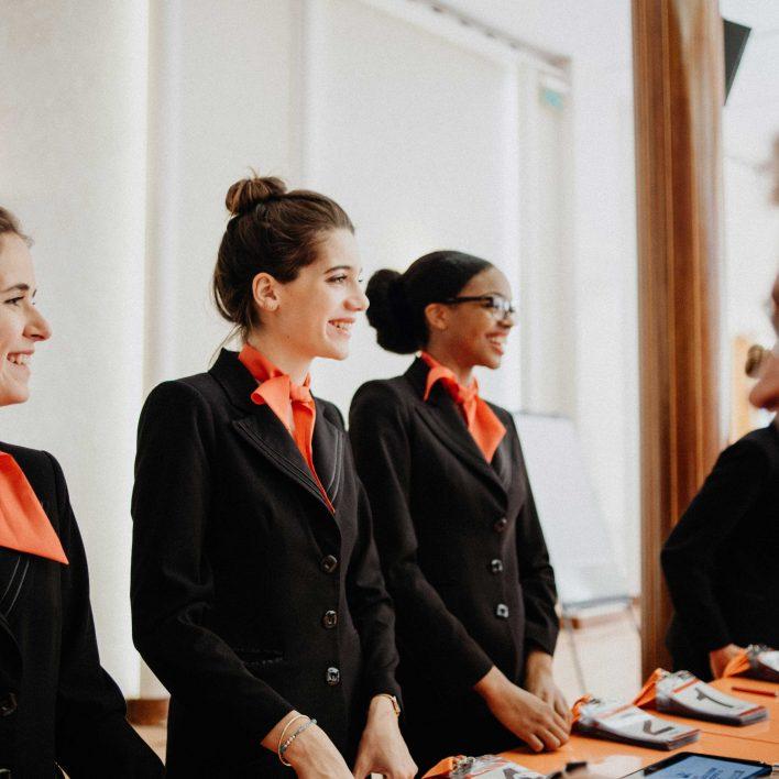 trois hôtesses d'accueil lors de l'assemblée générale de la caisse d'épargne