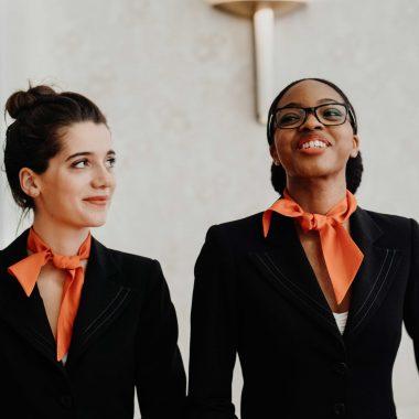 deux hôtesses d'accueil pour l'assemblée générale de la caisse d'épargne