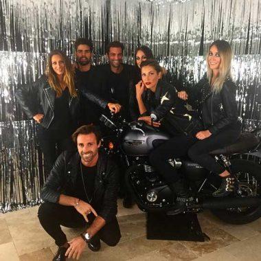 groupe d'hôtes et hôtesses sur une moto