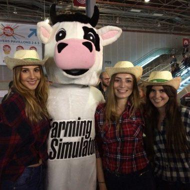 animatrices et une personne déguisée en vache au salon de l'agriculture pour farming Simulator sur PS4